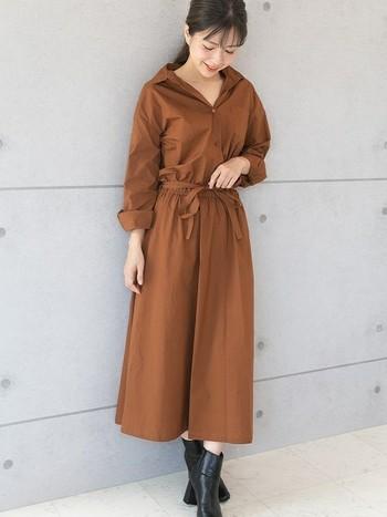 ハリのあるシャツワンピースはウエストを共布のベルトでマークして、すっきりと見せています。足元にサンダルを合わせると夏の終わりのイメージですが、すこしはやめのブーツを合わせてワンランク上の秋の装いに。