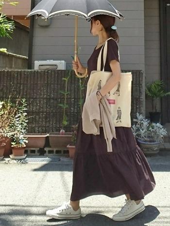プチプラの秋色ワンピはふんわりとしたスカートがとても愛らしく、暑い日でも快適に過ごせそう。ベージュ色のカーデガンを持つことで秋に一歩進んだイメージができあがりました。