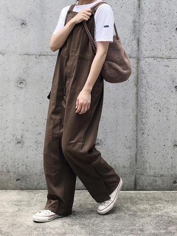 ゆったりとした太めのシルエットが可愛らしい秋色コーデ。裾やウエストなどディテールに凝っているところが素敵ですね。