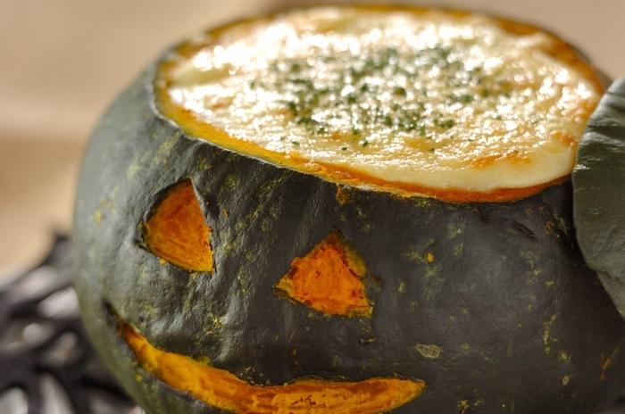 かぼちゃを丸ごと使ったジャック・オ・ランタンは、ハロウィンパーティーをさらに楽しく盛り上げるレシピ。アツアツのグラタンをかぼちゃのお皿で召し上がれ♪
