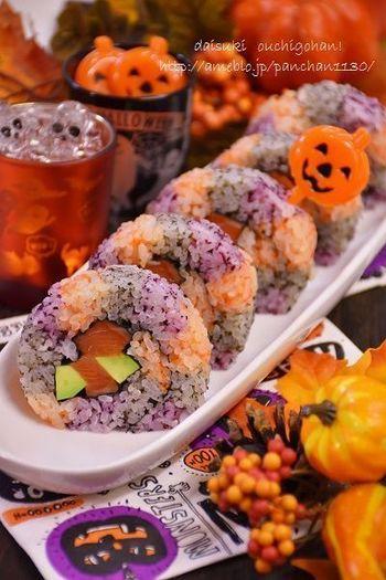 人参のすりおろし、ゆかり、すり黒ゴマを使った三色の酢飯に具を乗せて、くるくる巻くだけ♪紙の上にラップを引いて作る巻き寿司はカットする時にも便利。
