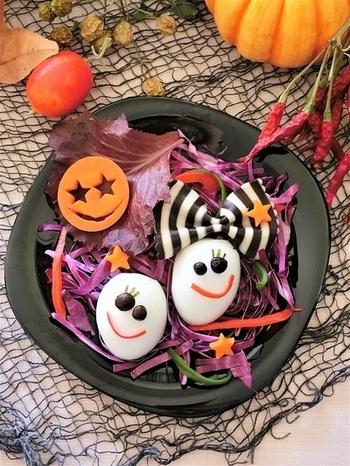 紫キャベツを千切りした上に可愛いトッピングをすれば完成のお手軽サラダ。手が込んでいるように見えるけど、実はゆで卵と人参に顔をつけるだけの簡単レシピなんですよ。少し手を加えるだけでハロウィン感満載のサラダメニューはぜひ一品として加えておきたいですね。