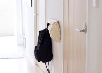 廊下に取り付けた無印の3連ハンガーに、よく使うバッグを掛けておくと便利。玄関の近くにハンガーを設置すると、帰宅したらすぐに掛けられて、出かけるときはサッと取り出せて機能的ですね。
