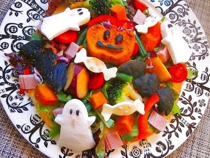 いつものサラダにオバケやキャンディー、ジャック・オ・ランタンをプラスすれば、あっという間にハロウィンサラダ。はんぺんやチーズ、かぼちゃをくり抜くだけだからとっても簡単♪