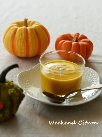 かぼちゃに人参をプラスして栄養価もさらにアップのスープ。水はひたひたにしておき、牛乳でコクたっぷりのスープに。