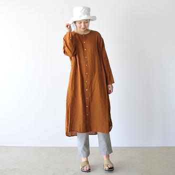 実りの秋をイメージさせるベイクドオレンジのワンピースは、ライトグレーのくるぶし丈ボトムと合わせて軽さをプラス。ワンピースとしても羽織としても優秀な1枚です。