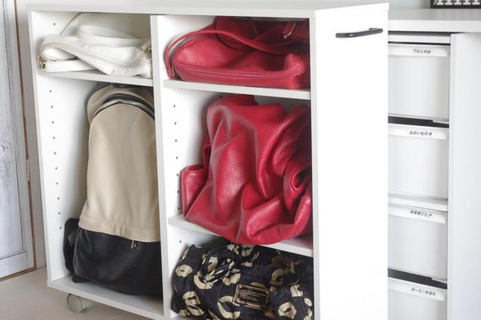 ニトリの隙間ラックにバッグを収納。横の棚板は可動式なのでバッグの大きさに合わせて調節可能。キャスター付きのラックなので、押し入れから引き出して使えて便利ですね。
