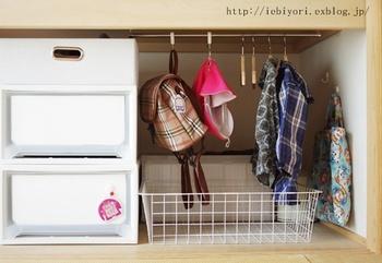 押入れの下段には、お子さんの幼稚園バッグや服を吊るして収納。これなら背の低いお子さんでも、自分で身支度できますね。