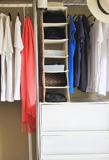 クローゼットにシャツホルダーを取り付け、小さ目のバッグや帽子などのファッション小物を収納。空間をムダなく使えてとっても機能的。