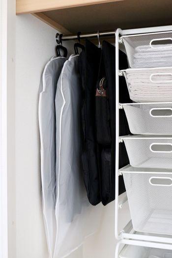 自立しない薄型のバッグは、無印の吊るせるバックホルダーを活用。バッグの型崩れも防いでくれます。