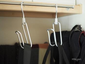 無印のアルミハンガーは丈夫でスタイリッシュ。バッグを吊るして収納するのにうってつけです。