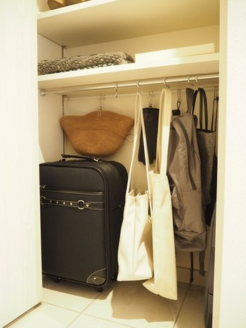 玄関のシューズラックの一番下のスペースに、突っ張り棒を付けてかばんを吊るして収納。