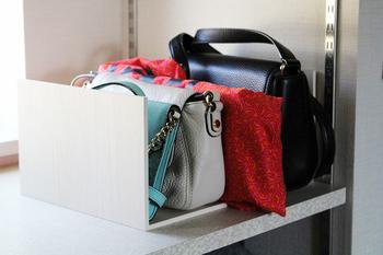 そんなプラスラックを逆さにして、ハンドバッグやクラッチバッグなど小ぶりなバッグを立てて収納。目からウロコの収納方法です。