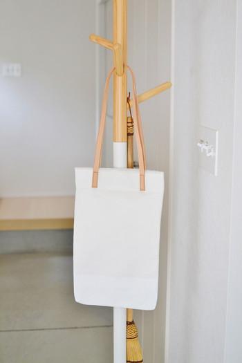 掛けるバッグも、インテリアに馴染む素敵なデザインのものを選びたくなりますね。