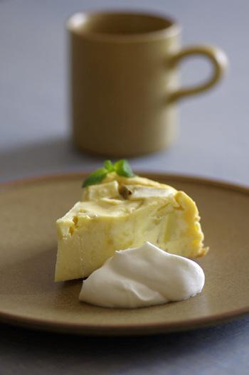 ほんのりとさつまいもの甘さが感じられる珍しいチーズケーキ。クリームチーズやグリーンを添えれば、見た目もお店のような一皿が完成。手軽にお家カフェが叶いますね♪