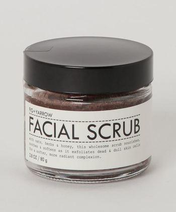 「フィグアンドヤロー」のフェイシャルスクラブは、自然素材で作られたアイテムです。こちらは目の周りは避けて、やさしくお肌を撫でるようにマッサージしてください。すすぎ残しのないように、しっかり洗い流すこともポイントです。