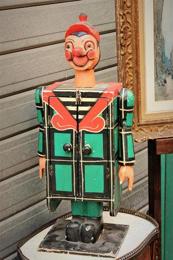 いつの年代ものかわからない、レトロフェイスな人形・おもちゃに出会えることも。お部屋のなかで、人気者になること間違いなし。