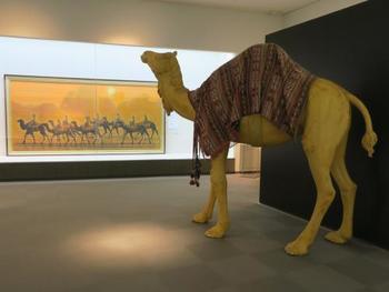 おすすめは、2Fのフロア。 広大な展示室の左右には、平山郁夫の代表作とも言えるキャラバンの大作が惜しげもなく飾られています。都内で開催されると大行列ができる作品を、ゆったりと鑑賞できる贅沢な美術館です。