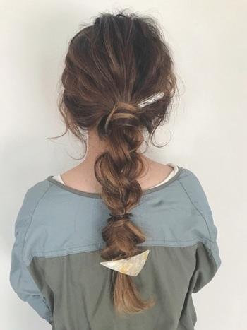 とても複雑そうにみえるこちらのスタイルは、三つ編みを崩しただけのアレンジです。  【簡単三つ編みポニー】  1. 髪を一つに束ねます。 2. 束ねた部分をゴム隠しします。 3. 束ねた髪を毛先まで三つ編みします。 4. 毛先をゴムで留め、再びゴム隠しします。 5. 三つ編み部分をほぐして完成
