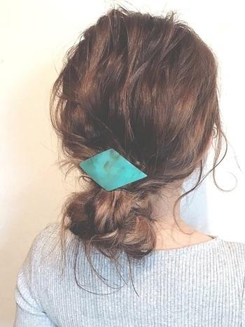 ローシニヨンはきっちりと髪を束ねるよりも、サイドや襟足の後れ毛を残すとラフに仕上がり、おしゃれ度がアップします。ローシニヨンを作ったら、大き目のヘアバレッタを使って結び目を隠すだけ。こなれた大人のシニヨンスタイルの完成です。