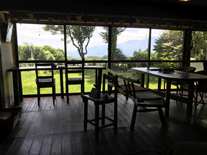 大きな日本家屋を改築した古民家カフェは、外も中も趣たっぷり。窓の外には、庭を自由に歩き回るヤギやアヒル越しに、雄大な山々の景色が楽しめます。