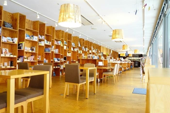 店内には、ずらりと本棚が並びます。集められているのは、旅の本や美しい写真集など、まさに旅先にぴったりな本ばかり。避暑地である八ヶ岳で、本を読んでのんびり…という贅沢な時間が味わえます。