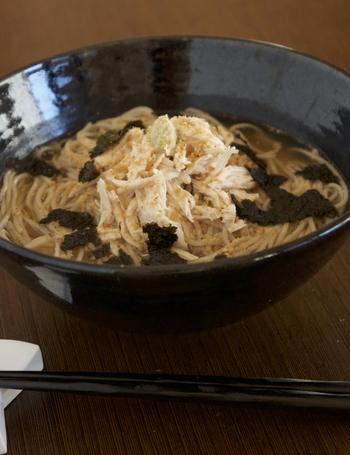 お馴染みの黒い麺つゆで食べるのが定番のそばですが、鶏がらスープで食べても美味しいですよ♪スープに生姜汁を加えて、身体もぽかぽか。お酒の〆にもおすすめです。