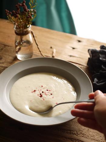 長いもの粘り気を活かした、ちょっと変わったふわとろ食感のポタージュレシピです。柔らかな白いポタージュに仕上げるには、ネギを焦がさないよう弱火でじっくり炒めるのがポイント。玉ねぎとはまた違った甘さが楽しめます。