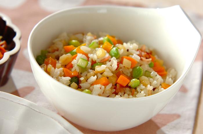 じゃがいも・アスパラ・パプリカ・枝豆など、野菜をたっぷりと入れたレシピ。野菜の美味しさを活かすために味付けは塩と粗びき黒こしょうのみ。冷蔵庫にある野菜でアレンジしてもOKです◎