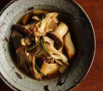 舞茸・エリンギを焼いて、だし汁で一煮立ちさせるだけの時短レシピ。作り置きしておくと、あと一品欲しいときにも大助かり◎きのこの旨味にホッと心が落く和風の味わいです。
