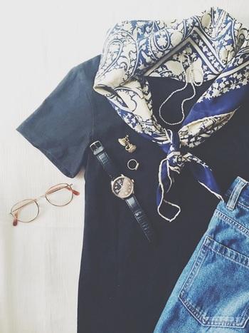 夏も終わりに近づき、いつもよりすこし冷たい秋の風が吹いてきました。ファッションも夏より露出が減り、Tシャツやカットソーにジーンズ、さらりとした長袖のワンピースなどラフでシンプルなスタイルの出番も増えてきますよ。シンプルスタイルにはヘアアレンジで着こなしにアクセントを加えたくなるものです。そんな時に便利なアイテムが「スカーフ」です。