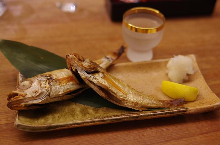 食べ方や魚の種類によってもカロリーは変わってきますが、焼き魚には食事を低カロリーに抑えられるいくつかのポイントがあります。まずは、シンプルに焼くだけでおいしいご飯のおかずになってくれることが挙げられます。例えば、カレイの塩焼き1人分なら、メインディッシュが100kcal以下で済む場合もあるんですよ。