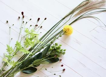 お供えに使うすすきは、それだけを飾っても素敵ですが、お花やグリーンをプラスしても素敵。黄色くて丸いお花を添えると、まるで月がすすきの間から顔を出しているよう。