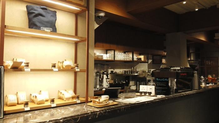 オーナーがイギリス留学時代にコーヒーの奥深さに目覚め、スペシャルティコーヒー専門店をオープンさせたそう。多くの飲食店が立ち並ぶ池袋で、地元の人々に親しまれています。