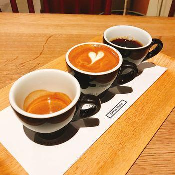 初めての方にぜひ注文していただきたいのが、1種類の豆でコーヒー、マキアート、エスプレッソの飲み比べができる「3 PEAKS(スリーピークス)」。同じコーヒー豆でも、コーヒーとエスプレッソは味わいが強く、マキアートは甘さを感じるなど、抽出方法によって味わいが異なります。