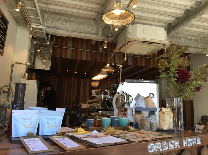 コーヒーの香りが広がる店内は、カウンターで注文するスタイル。ハンドドリップやエアロプレス、コールドブリュー(水出し)など、コーヒーの種類に合わせて抽出しています。店頭に立つスタッフは全員バリスタで、まざまな大会で腕を磨いています。
