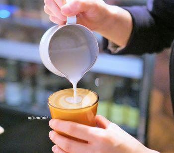 中でもおすすめは、席でエスプレッソにフォームミルクを入れてくれる「カプチーノ」。一番おいしい状態で飲んでほしいというバリスタのこだわりが光る1杯です。