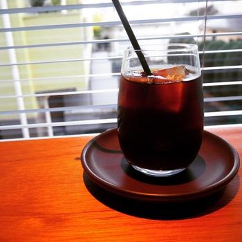 自家焙煎したシングルオリジンとオリジナルブレンドコーヒーを提供していて、迷ったときは、好みのものをバリスタと相談しながら決めましょう。こちらのグアテマラのアイスコーヒーはすっきりした後味が特徴。