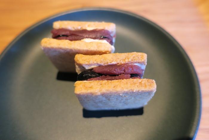 コーヒーのお供にぴったり!とファンが多い「あんこバタークッキー」は、店頭で注文できます。しっとりした生地に、こしあんと黒豆をサンド。和菓子のような洋菓子のような不思議な味わいは、濃いめのコーヒーのおいしさを引き立ててくれます。