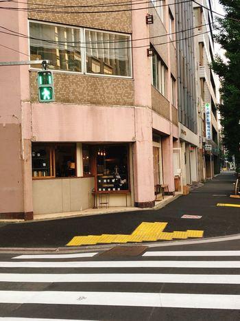 神保町駅から歩いて7~8分ほどのところにある「GLITCH COFFEE&ROASTERS(グリッチコーヒー&ロースターズ)」は、オフィスビルが立ち並ぶ神保町の古いビルの1階にあります。海外のカフェのようなどこかレトロな佇まいがステキ。