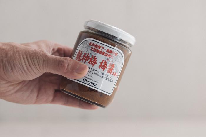 梅醤番茶を楽しんだり、調味料としても使ったりと何かと重宝する「梅醤(生姜入り)」。紀州産の梅を贅沢に使った逸品です。農薬不使用の龍神梅・梅酢・紫蘇に天然醸造醤油と国内産生姜を使用した「梅醤」は、どなたでも受け入れやすいマイルドな味わいが魅力。  梅醤番茶は湯のみに小さじ1~2杯の「梅醤」を入れて熱い番茶(又はお湯)を注ぎ、よく混ぜるだけで完成です。さわやかな味が、きっとくせになるはず!