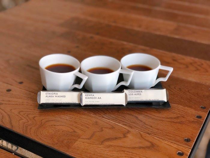 「3 TYPES OF COFFEE(3種類のコーヒー飲み比べ)」は、スタッフの方が1杯ずつ味の特徴を詳しく説明してくれます。デミタスカップに注がれたコーヒーは浅煎りでフルーティー。飲む順番もおすすめしてもらえるので、ぜひ味の違いを楽しんで。