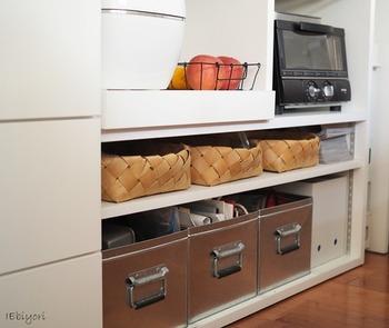 炊飯器やレンジなどのキッチン家電はもちろん、油とりにつかう古新聞やお掃除アイテムなどもこちらに収納。