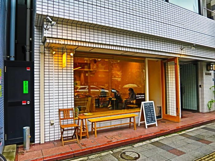 三田駅から歩いて5分ほど、桜田通りの交差点にある「PASSAGE COFFEE (パッセージコーヒー)」は、2014年度のエアロプレス世界チャンピオン(WAC)がオープンしたカフェです。