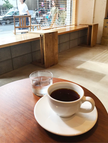 都心のカフェなのに、比較的混み合わずゆっくり過ごせるのがうれしいですね。お仕事の合間や週末にふらりと訪ねたくなるカフェです。