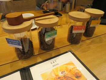 コーヒー豆は、自家焙煎したものを数種類ローテーションで提供しています。どれも苦味がほとんどなく、紅茶のようなフルーティーさが魅力です。コーヒーがあまり得意ではないという方にもぜひ試していただきたい味。