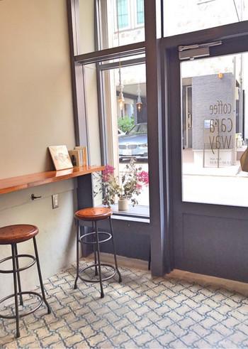 ヨーロッパのカフェのような、アンティーク風の床がおしゃれな店内。スツールに座って窓の外を眺めながら、ゆっくり過ごしてみませんか?