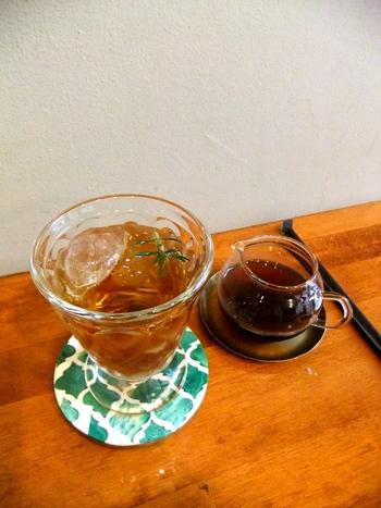 ちょっと変わったドリンク「コーヒーソーダ」は、炭酸水が注がれたグラスに、コーヒーを少しずつ注いでいただきます。ブラックだとほろ苦さが際立つ大人の味、ガムシロップを入れるとほのかな甘さで飲みやすくなります。