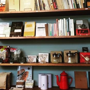 購入できるコーヒーグッズと一緒に、センスの良い雑誌もディスプレイされています。