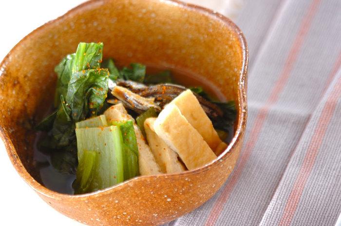 また、野菜や油揚げなどのさっと煮を添えるのも良いでしょう。味付けは基本、あっさりがおすすめ。干物など焼き魚の塩分が気になるときには、副菜の塩分を減らすことで調整すると良いでしょう。だしを効かせると塩分控えめでもよりおいしく食べられますよ♪
